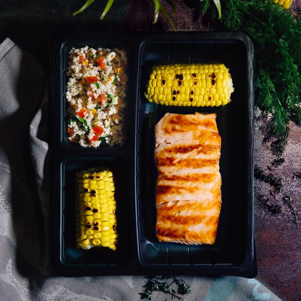 Сьомгова пъстърва на плоча с печена царевица и киноа