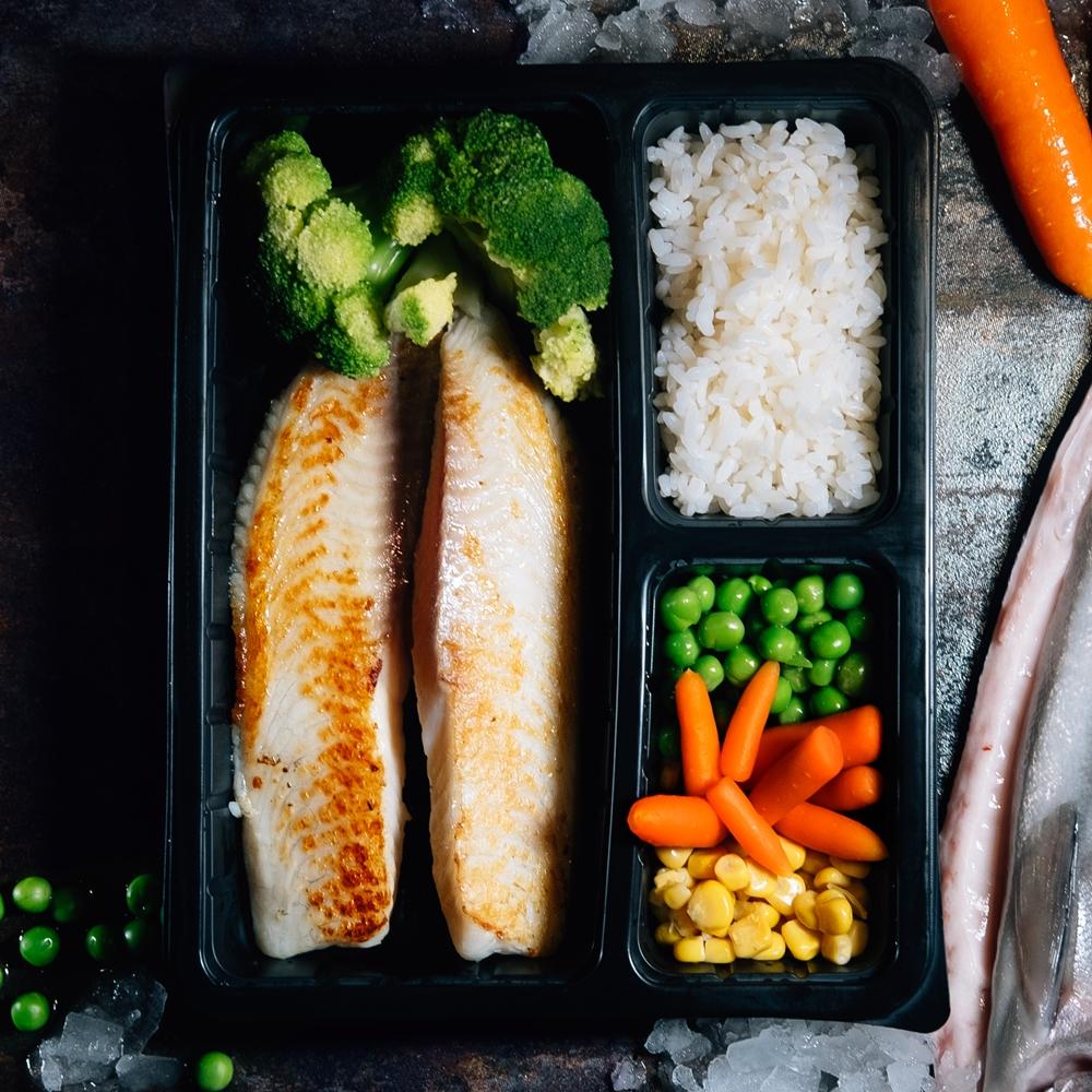 Бяла риба на плоча със зеленчуци и ориз