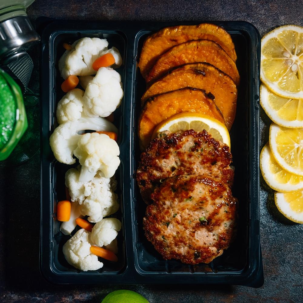 Кюфтета от сьомга гарнирани със зеленчуци