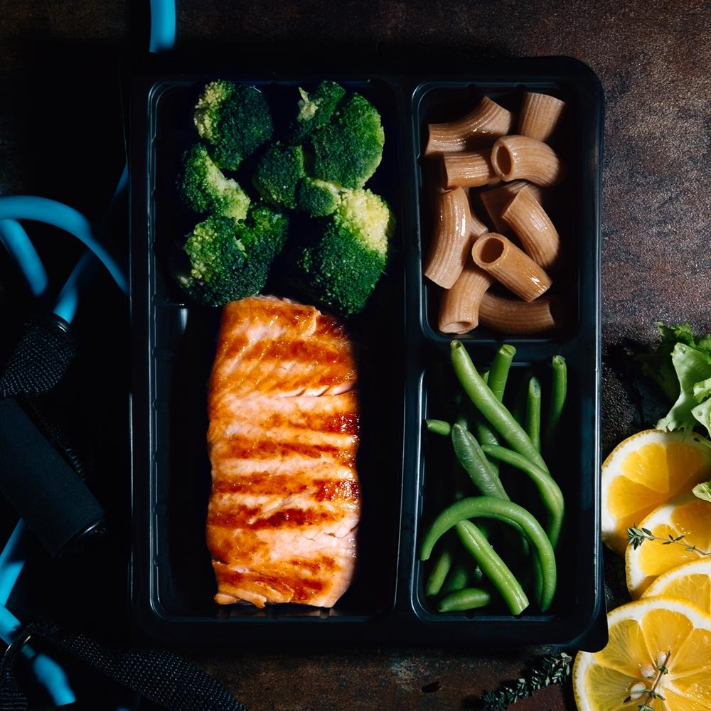 Крехка сьомгова пъстърва със зелени зеленчуци и прясна паста